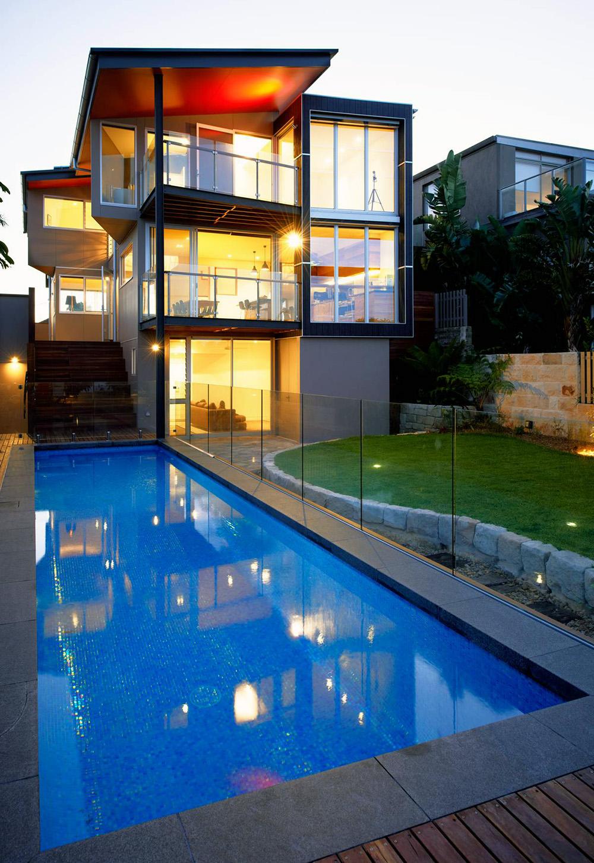 Piscine d'architecte et barriere en verre
