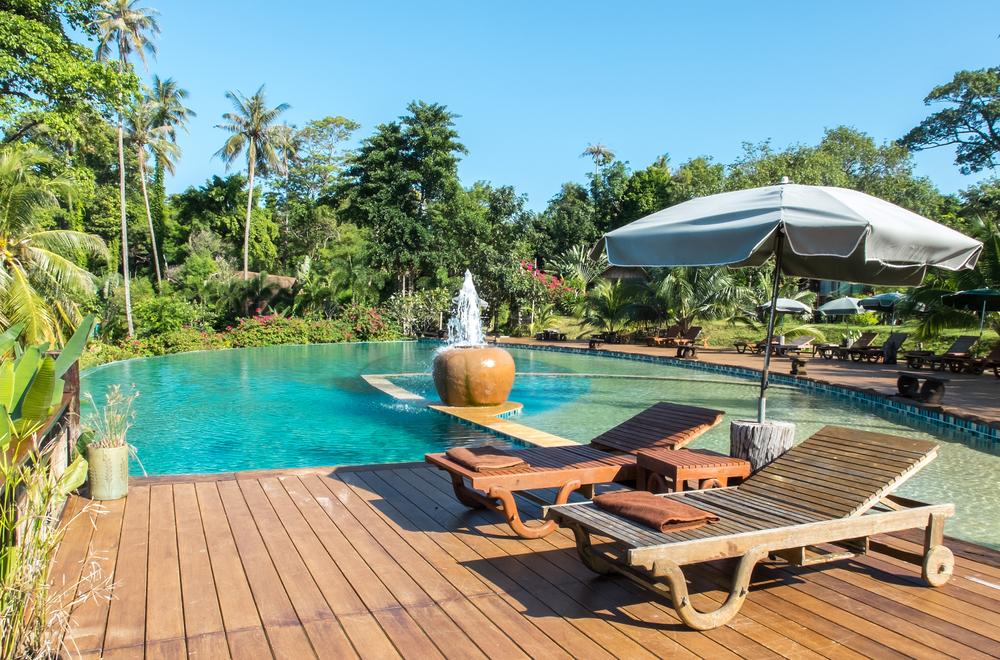 Comment agencer son jardin à côté de sa piscine